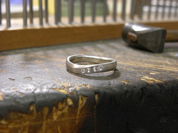 ダイヤ下穴を開けた作りかけの結婚指輪